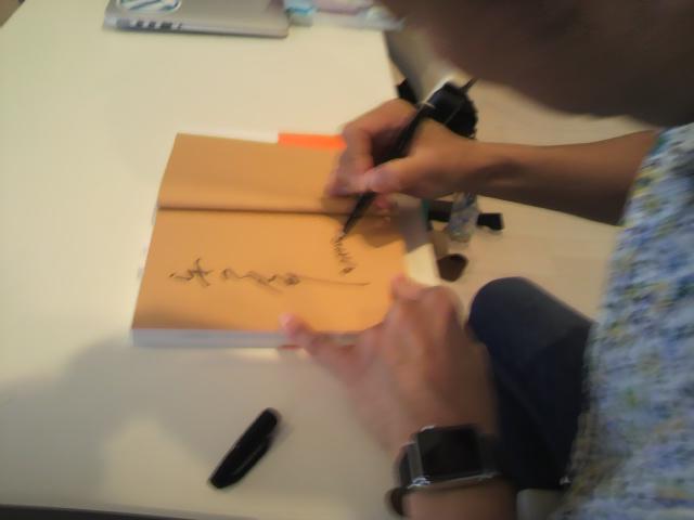 サイン中。