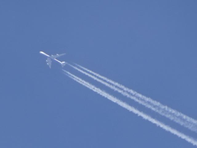 飛行機雲の先には、当然ひこーき。【今日の一枚】