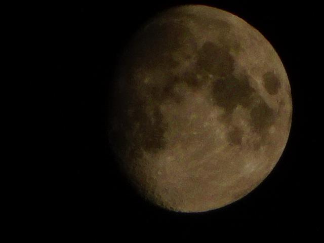 コンクリのカタマリのいびつな石にも見える月【今日の一枚】