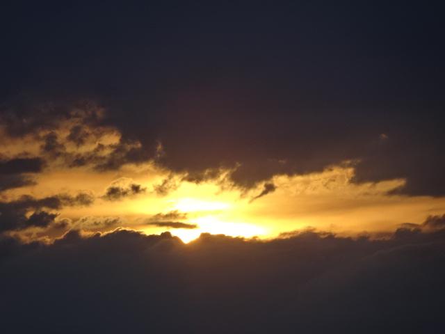 夕焼けがきれい、だが今は大雨の不思議【今日の1枚】