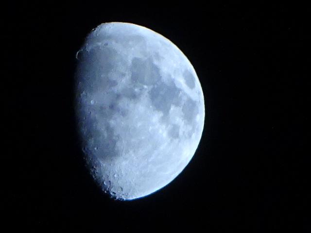 見上げれば月、時間の流れは速い【今日の月】