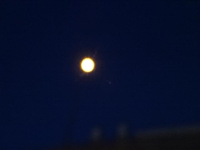 月に見える街灯