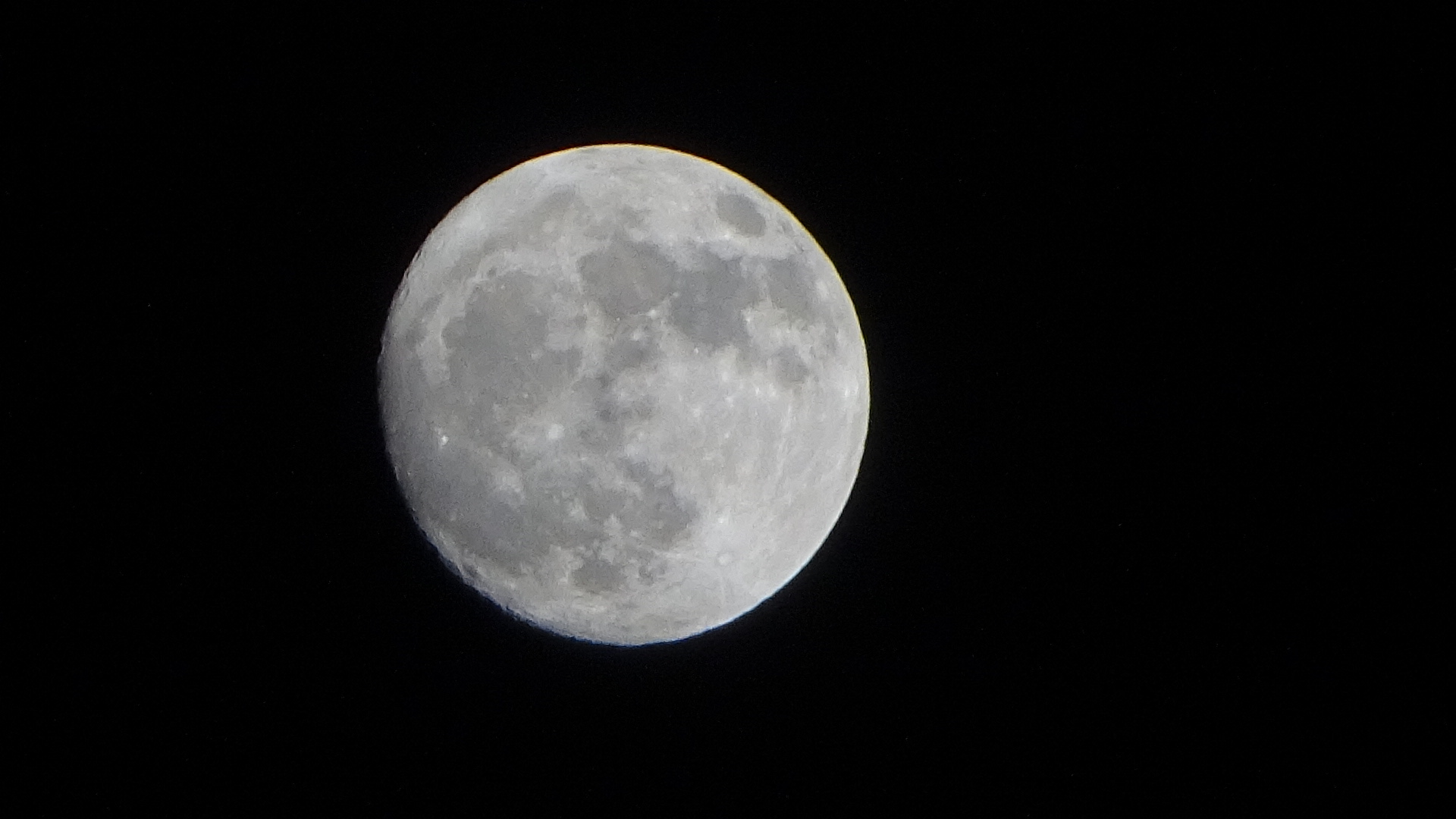 もうすぐ満月に近い天空に輝く月【今日の月】