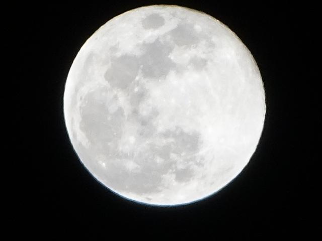満月が煌々と。昨日の月と今日の月どっちが大きい?