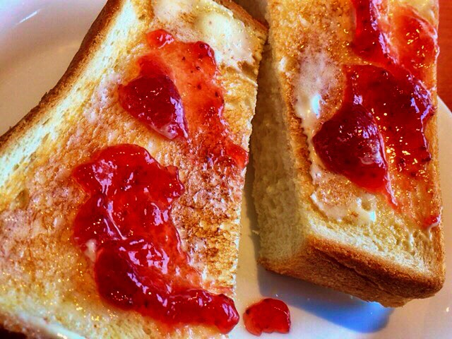 朝食は、ジャムトースト、幸せへの手順つき。