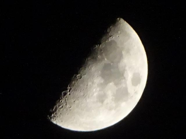 上弦の月 今日のお月さま