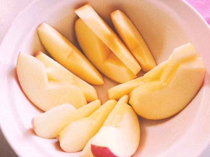 簡単なりんごのコンポートをつくってみた。リンゴの皮は剥いたほうがいい。