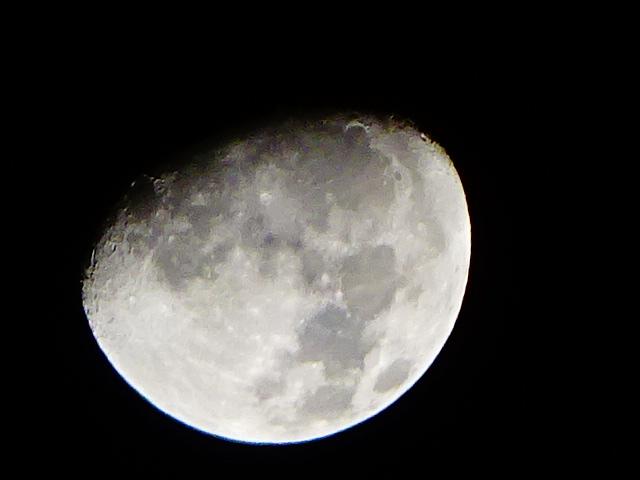 【今日の月】久しぶりにデジカメ使ったら、写真を撮るのが下手になっていた。