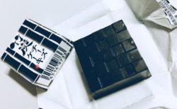 チロルチョコ〈竹炭チーズケーキ〉黒い!とにかく黒い!
