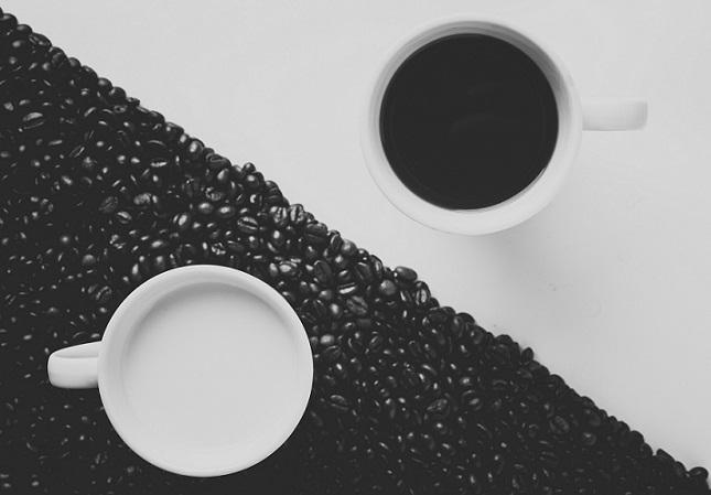 マクドナルドのアイスコーヒーとロッテリアのホットコーヒー
