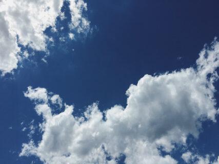 猛暑とはこういうことなのか・・・・。雲が光る、空がまぶしい